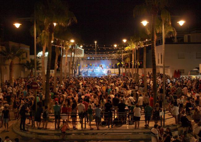 La Guardia conquista Cabo de Gata con su pop rock de corte clásico