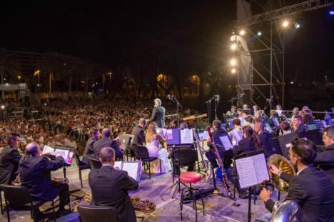 La Banda Municipal llena las Almadrabillas con música de fiesta
