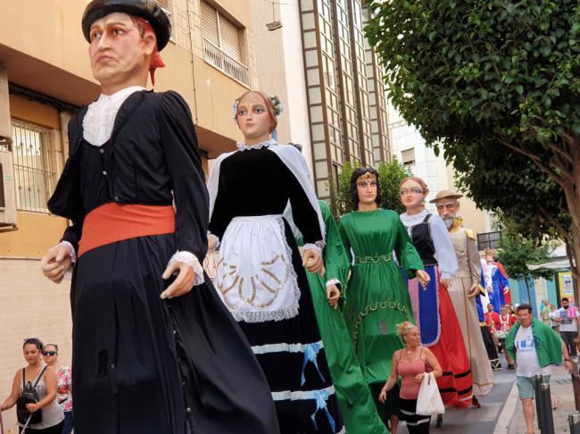 Los Gigantes y Cabezudos se consolidan en los barrios durante la Feria