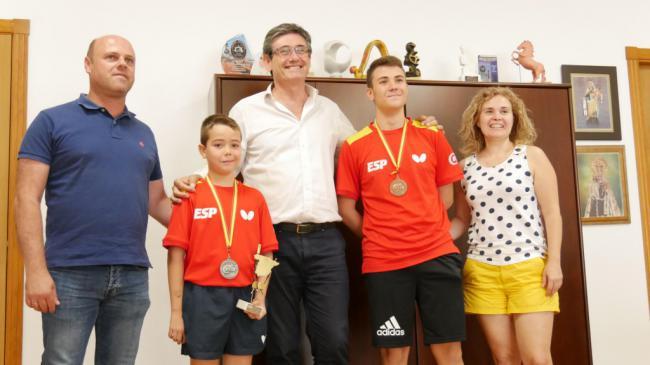 Manuel Cortés recibe a los hermanos Oliva, referentes en el tenis de mesa
