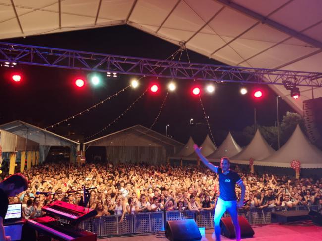 El Concierto Joven previo a la Feria de Adra llena la Caseta Municipal