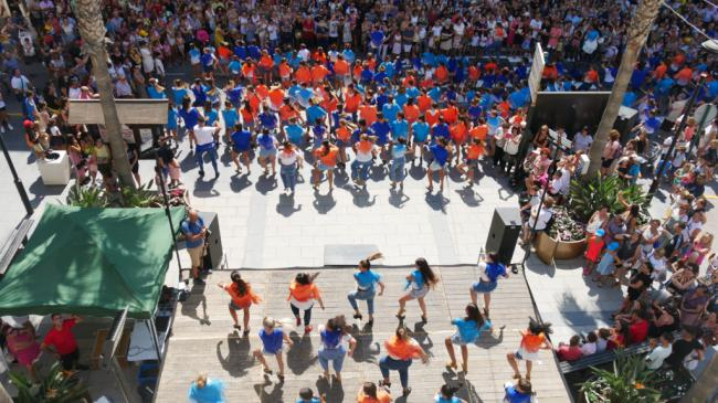Adra inaugura la Feria de Mediodía de sus fiestas con un flashmob