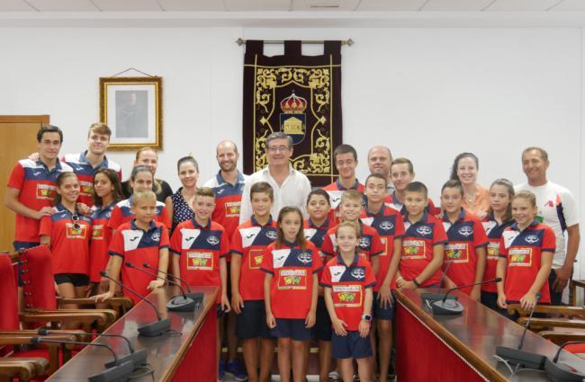 Ayuntamiento recibe a los jóvenes del Club de Natación 'Ciudad de Adra'