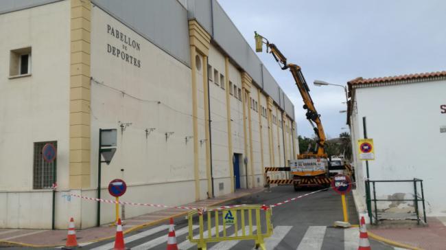 Ayuntamiento de Adra prepara el Pabellón de Deportes ante las lluvias otoñales