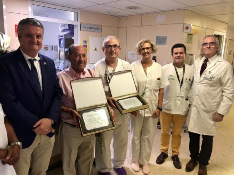 Un enfermo trasplantado entrega una placa de agradecimiento a Cardiología de Torrecárdenas