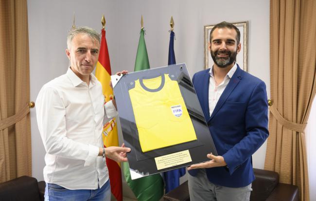 Borbalán regala al Ayuntamiento de Almería la camiseta de su último partido de Champions League