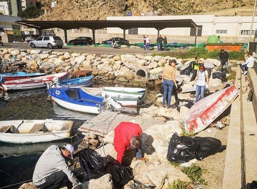Voluntarios 'pescan' botellas, envases y otros residuos en el Fondeadero