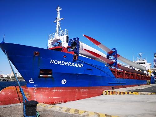 Zarpa del Puerto de Almería el primer buque con palas de aerogeneradores con destino a Alemania