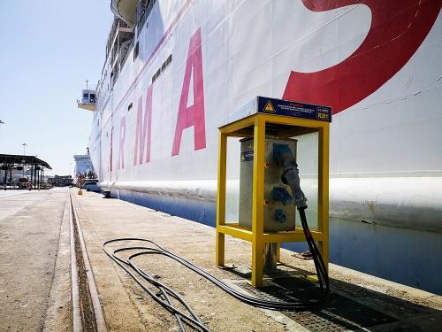 Un ferri se abastece por primera vez de energía eléctrica en el Puerto de Almería