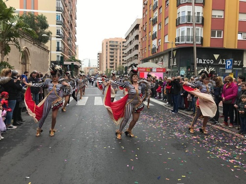 La alegría del Carnaval sale a las calles de Almería