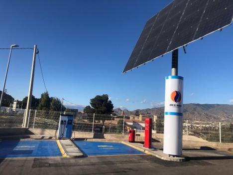 Cargar el coche en energía solar es posible en Huércal de Almería