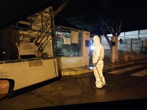 Fumigación masiva en Adra de la mano de agricultores voluntarios