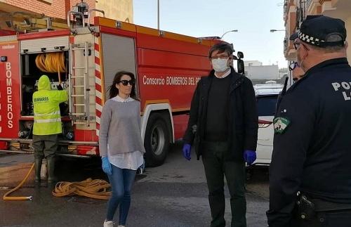 Bomberos del Poniente y Ayuntamiento de Adra juntos en la desinfección