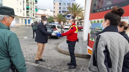 El Ayuntamiento de Adra reparte 4.000 mascarillas en el transporte público
