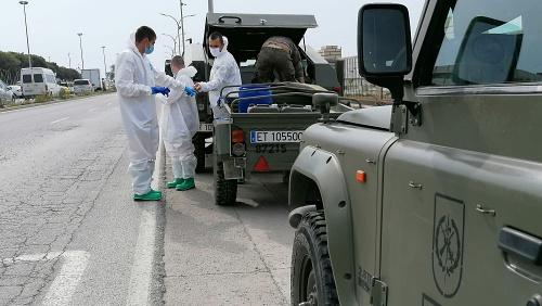 La Legión apoya en Adra la desinfección del #COVID19