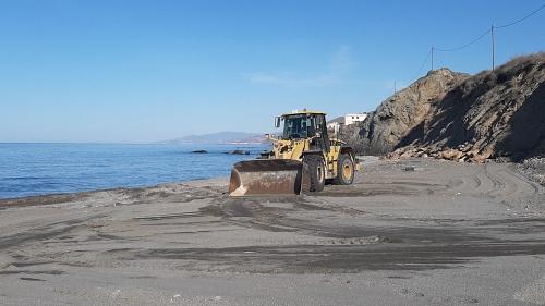 Adra pone sus playas a punto