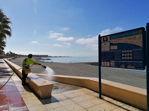 Bomberos del Poniente colabora con el Ayuntamiento de Adra en la desinfección