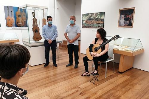 La Sociedad Guitarrística 'Antonio de Torres' y Ayuntamiento celebran el aniversario del guitarrero