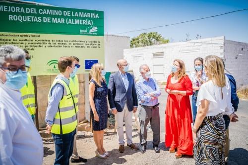 Crespo visita el Camino de la Marina de Roquetas tras las mejoras de la Junta