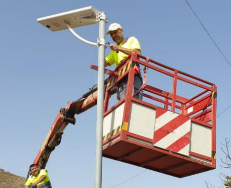 Adra instala una treintena de luminarias solares LED
