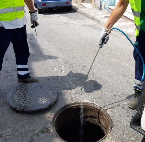 Avanza el plan de desinsectación y desinfección de la red de alcantarillado de Adra