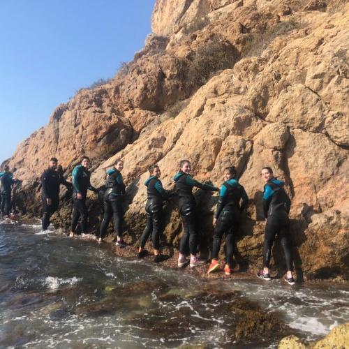 20 jóvenes abderitanos participan en una jornada de coasteering