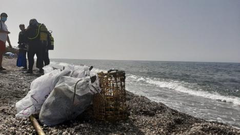 Adra retira residuos plásticos en una nueva limpieza de fondos marinos
