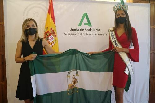 La delegada del Gobierno andaluz recibe a la almeriense Miss World Spain