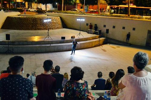 Paco Calavera divierte con sus vivencias como almeriense en el Anfiteatro