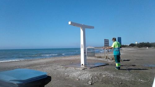 Desinfección de elementos de playa en El Ejido