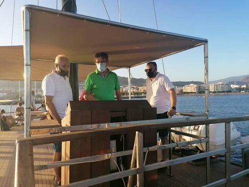 Una goleta con 100 años de historia permite contemplar Adra desde el mar