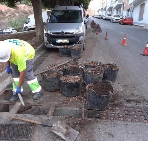 El Ayuntamiento de Adra refuerza la limpieza de imbornales