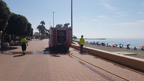 Bomberos y Ayuntamiento refuerzan la desinfección en Adra