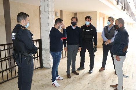 El alcalde supervisa el desalojo de okupas de 'Los Patios' de San Agustín