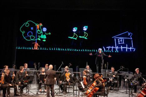 Música y títeres llenan de alegría el Auditorio con 'Pedro y el Lobo'