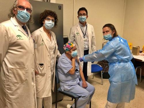 La vacunación del #COVID19 llega a los sanitaros de Torrecárdenas