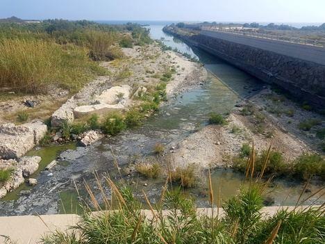 IU exige la limpieza urgente de las aguas estancadas de la desembocadura del rio Andarax