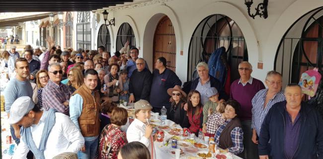 El alcalde acompaña a los rocieros abderitanos en la misa anual celebrada en La Aldea