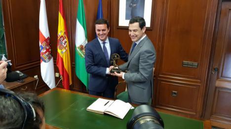 Moreno se convierte en el primer presidente de la Junta que visita la Diputación en 14 años