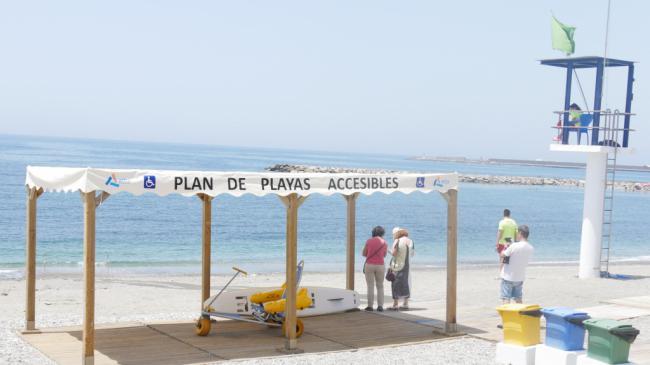 FAAM comprueba el alto nivel de accesibilidad de las playas de la costa de Adra