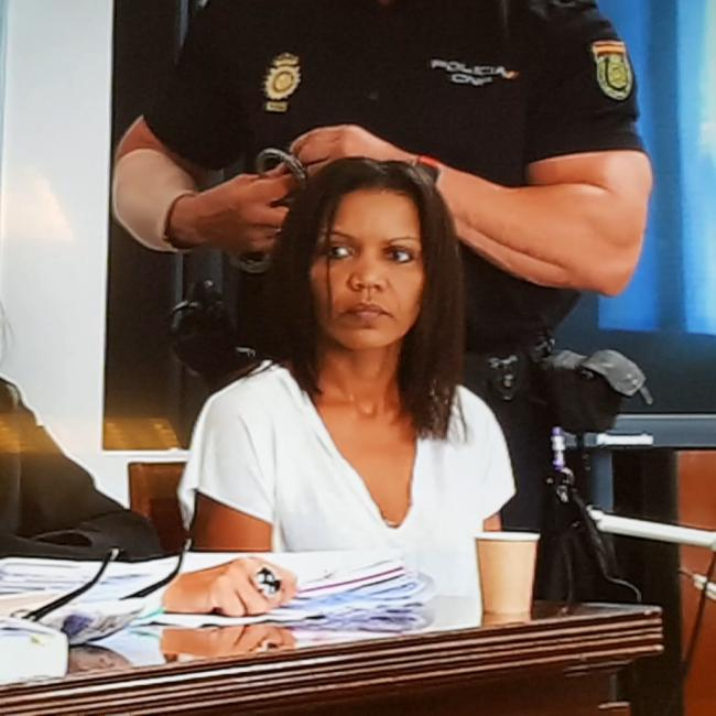 Ana Julia echa sus primeras lágrimas en cuanto entra el jurado a la sala