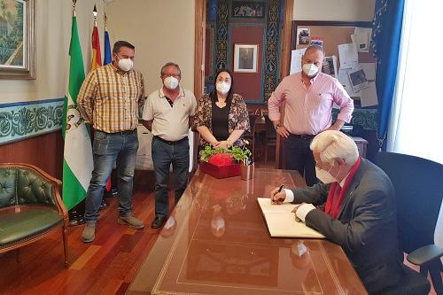 El alcalde de Cuevas recibe al Padre Ángel para estudiar la apertura de una Academia para Jóvenes