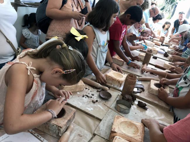 Los niños descubren el oficio de ceramista en Alfaralmería