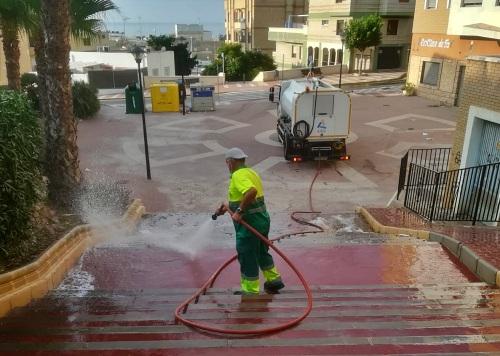 600 labores de refuerzo de limpieza y baldeo en Adra desde el inicio del #COVID19