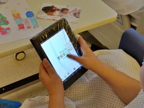 Donación 10 tablets de la Fundación Theodora al Hospital de Poniente