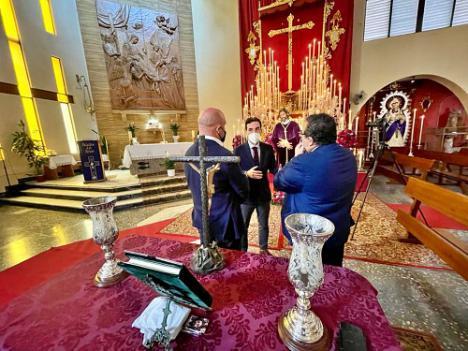 Carlos Sánchez acompaña a la Hermandad de la Macarena en la Veneración al Señor de la Sentencia