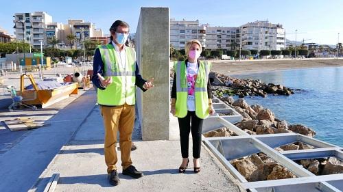 Eloisa Cabrera visita junto a Manuel Cortés la pasarela peatonal del puerto de Adra