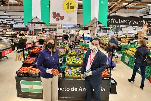 La edil de Comercio visita Carrefour El Ejido para conocer sus campañas del 28F