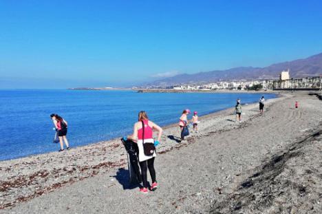 Celebrado el primer 'Ecodomingo' en la playa de El Censo de Adra