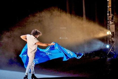 Julio Ruiz arriesca con su nuevo espectáculo 'Azul, como la piel del melocotón'